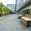 Zwarte tuinbank BLOCKS Stretch Comfort van Inter Design in de omgeving